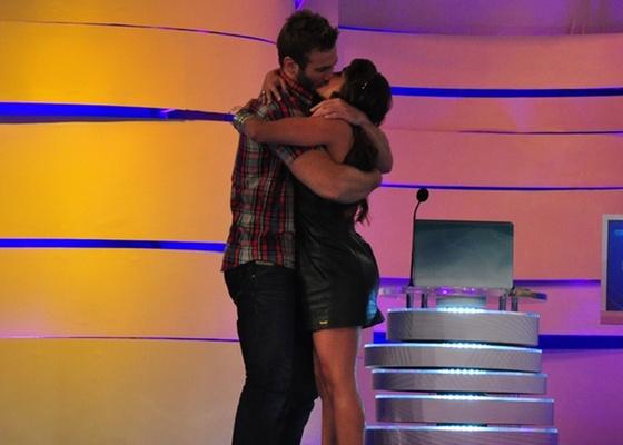 Maria e Wesley se beijam no TV Xuxa (16/4/11)