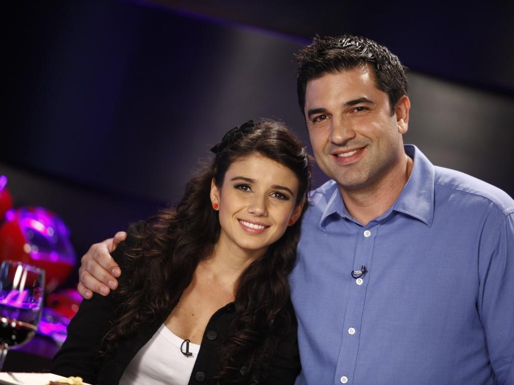 A cantora Paula Fernandes e o apresentador Edu Guedes durante gravação do