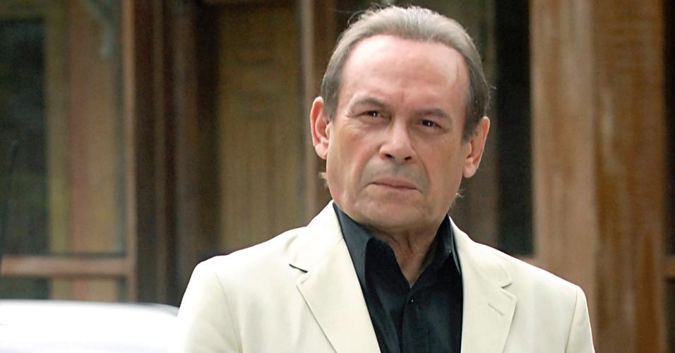 O ator José Wilker interpreta Umberto Brandão, irmão de Raul (Antônio Fagundes), em