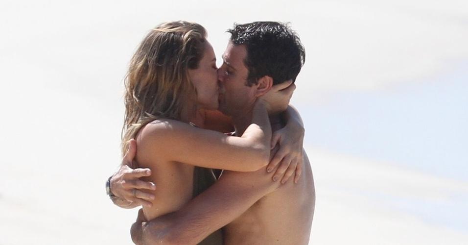 Marina (Paola Oliveira) e Pedro (Eriberto Leão) reatam namoro e curtem bons momentos juntos (18/4/11)