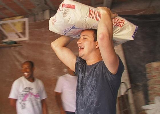 http://tv.i.uol.com.br/televisao/2011/04/19/rafael-cortez-carrega-gesso-dentro-de-uma-favela-de-sao-paulo-19411-1303230923476_560x400.jpg