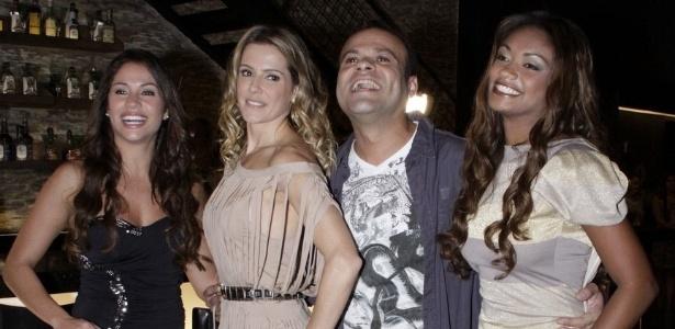 Deborah Secco entre os ex-bbbs Maria, Daniel e Jaqueline em gravação de