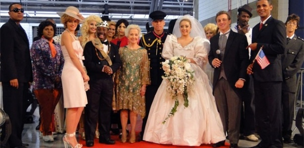 Sósias da rainha Elizabeth, Michael Jackson e Barack Obama são convidados para casamento no palco do