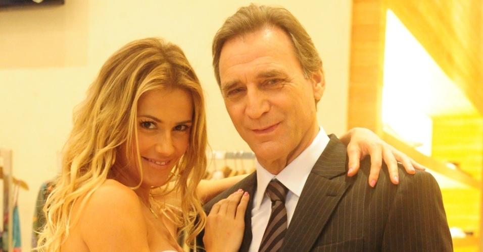 Deborah Secco e Herson Capri em cena de