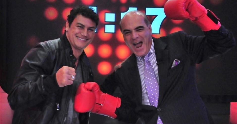 O ex-lutador Popó e o apresentador Marcelo de Carvalho nos bastidores da gravação do