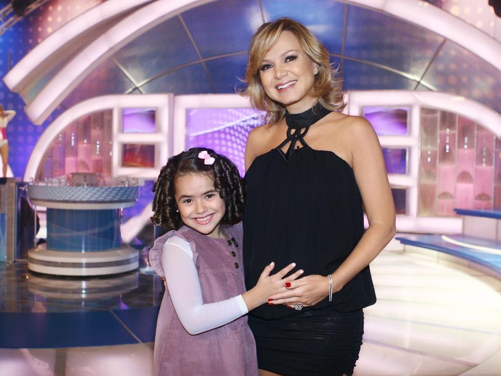 Maísa abraça Eliana, que está grávida (25/5/2011)
