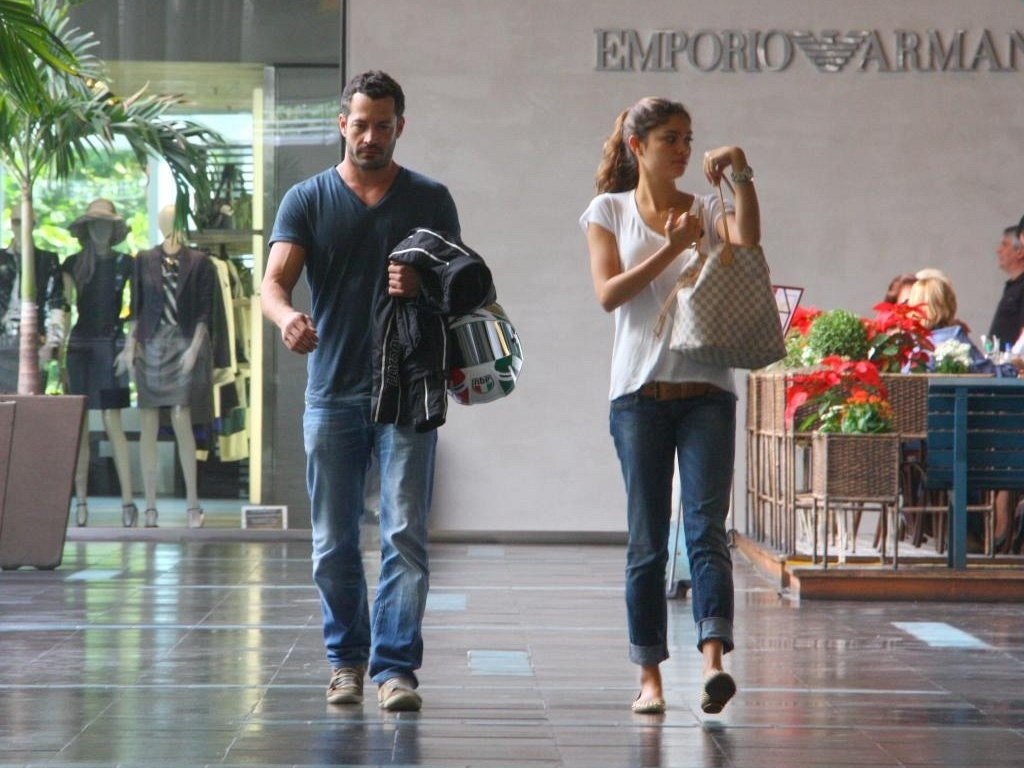 Malvino Salvador e Sophie Charlotte almoam em shopping carioca (25/5/2011)