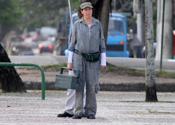 Vestida de mecânica, Lilia Cabral grava cenas de Fina Estampa no Rio de Janeiro (1/6/11)
