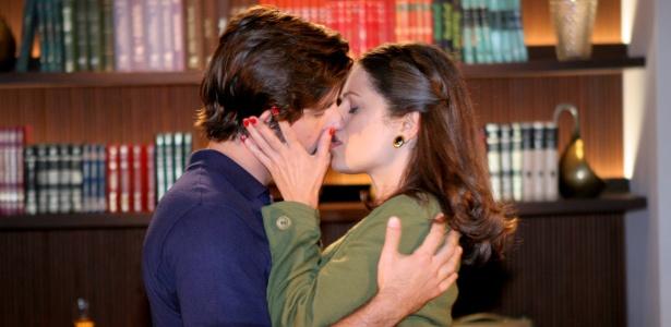 http://tv.i.uol.com.br/televisao/2011/06/03/mario-e-marina-se-beijam-na-redacao-do-jornal-em-cena-que-vai-ao-ar-em-amor-e-revolucao-em-76-1307138310431_615x300.jpg