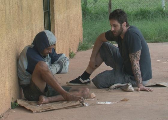 Rafinha Bastos conversa com um dependente de crack em A Liga (21/6/11)