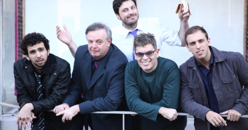Da esquerda para a direita, Murilo Couto, Marcelo Mansfield, Danilo Gentili, Roger e Léo Lins, que fazem o programa