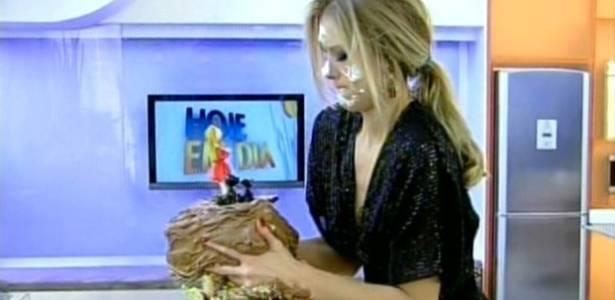 Em seu aniversário, Gianne Albertoni leva torta na cara e pega bolo com as mãos no programa