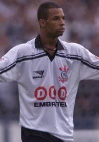 Dinei fez hist�ria no Corinthians e posou nu para uma revista homossexual (12/1998)