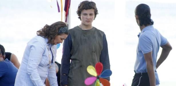Miguel Roncato (centro) grava cena como Gilvan, ao lado de Sueli (Louise Cardoso) e Xicão (Wendell Bendelack) (13/7/2011)