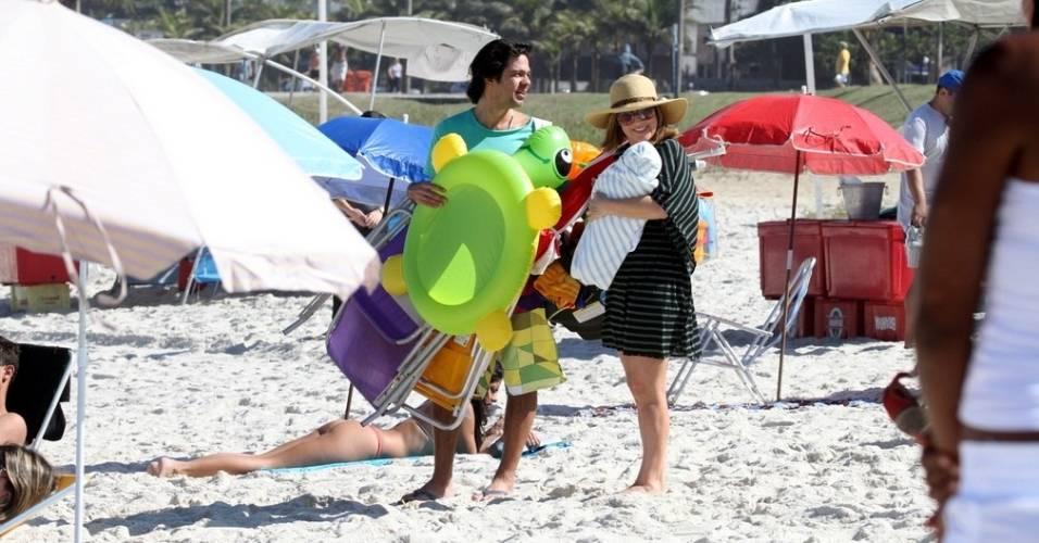 Bruno Mazzeo e Gabriela Duarte gravam em praia carioca o programa