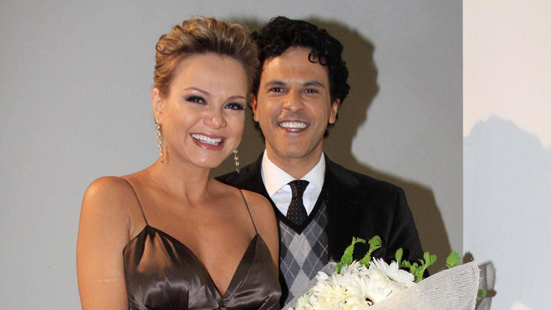 Eliana emociona-se com a surpresa de João Marcello Bôscoli, durante a gravação de seu último programa, antes de dar à luz (julho/2011)