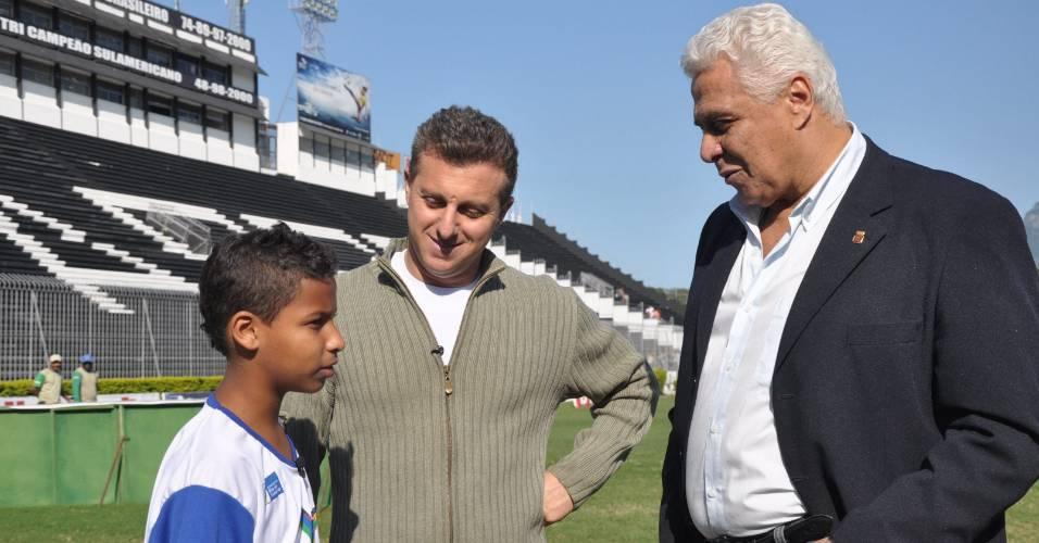 Da esquerda para a direita, Matheus, Luciano Huck e Roberto Dinamite durante gravação do quadro