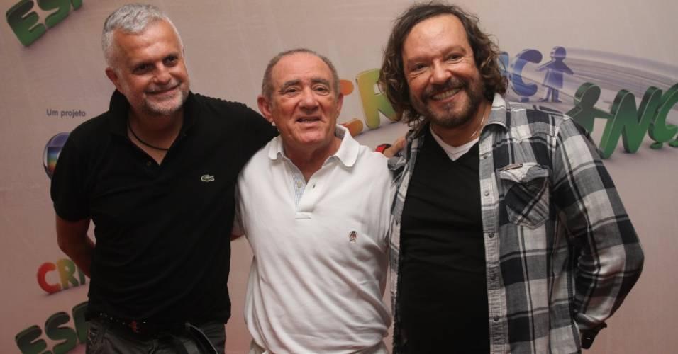 O diretor-geral Ulysses Cruz posa com Renato Aragão e Wolf Maya após a coletiva de imprensa sobre o