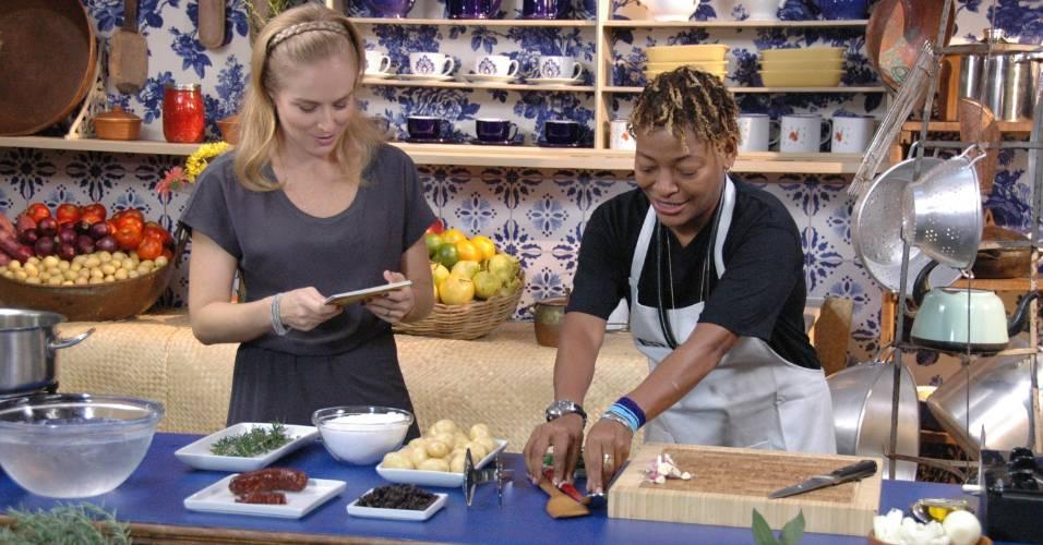 Angélica aprende a preparar receita de bacalhau com Mart'nália (20/8/2011)