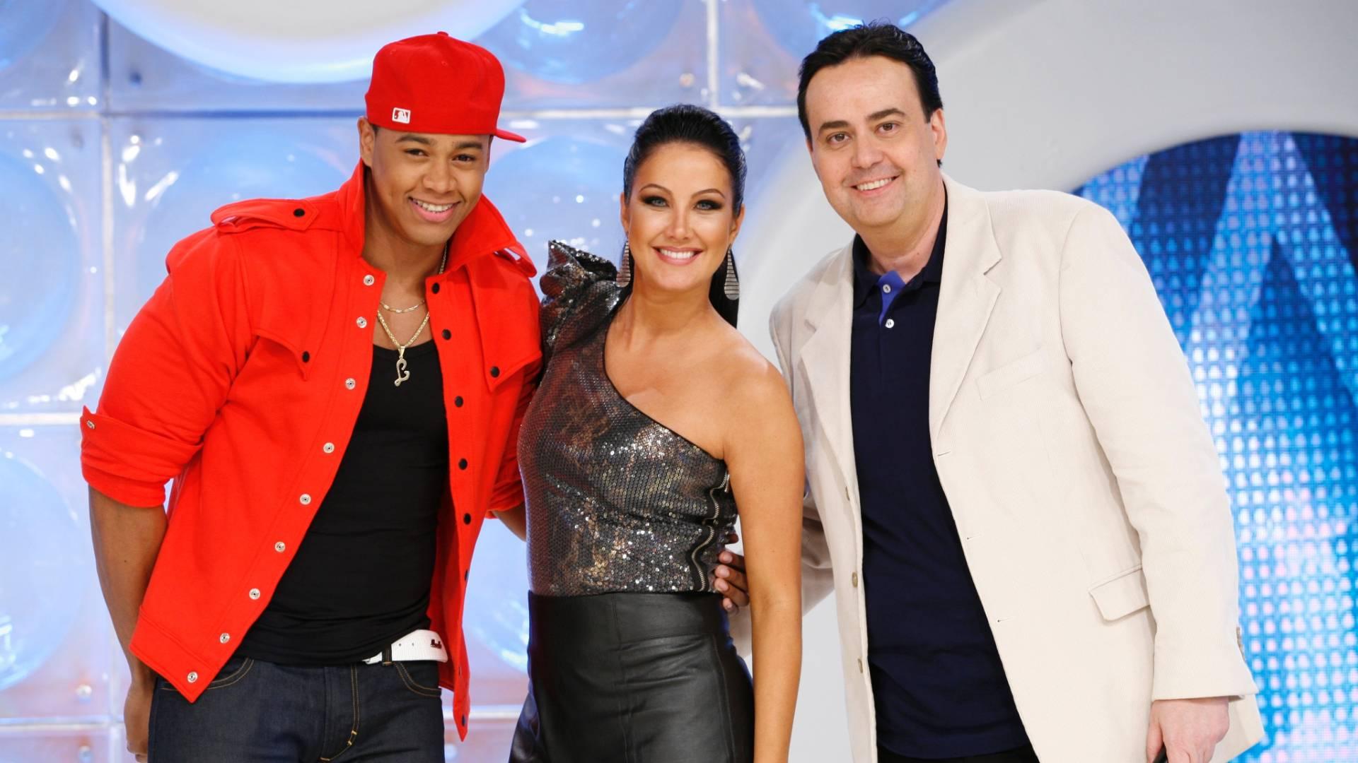 Da esquerda para a direita, Léo Santana, Helen Ganzarolli e Zé Américo no palco do programa
