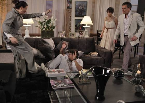 Em Fina Estampa, Griselda desmascara Antenor no dia de seu noivado com Patrícia e conta para todos que é a mãe do estudante (6/9/11)