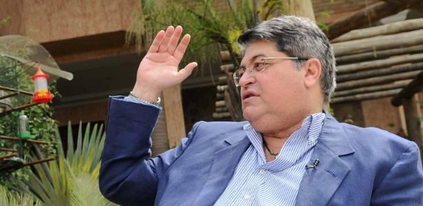 """José Luiz Datena fala com Carla Fiorito para o programa """"Vitrine"""", da TV Cultura (ago/2011)"""