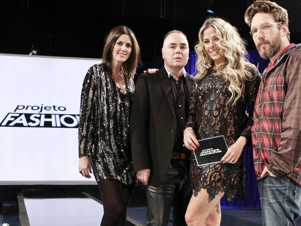 A apresentadora Adriane Galisteu entre a editora de moda Susana Barbosa e os estilistas Reinaldo Lourenço (esq.) e Alexandre Herchcovitch, que integram a equipe do reality show