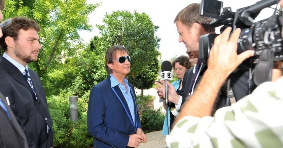 Roberto Carlos dá entrevista para o correspondente da Globo Carlos de Lannoy em Jerusalém (1/9/11)
