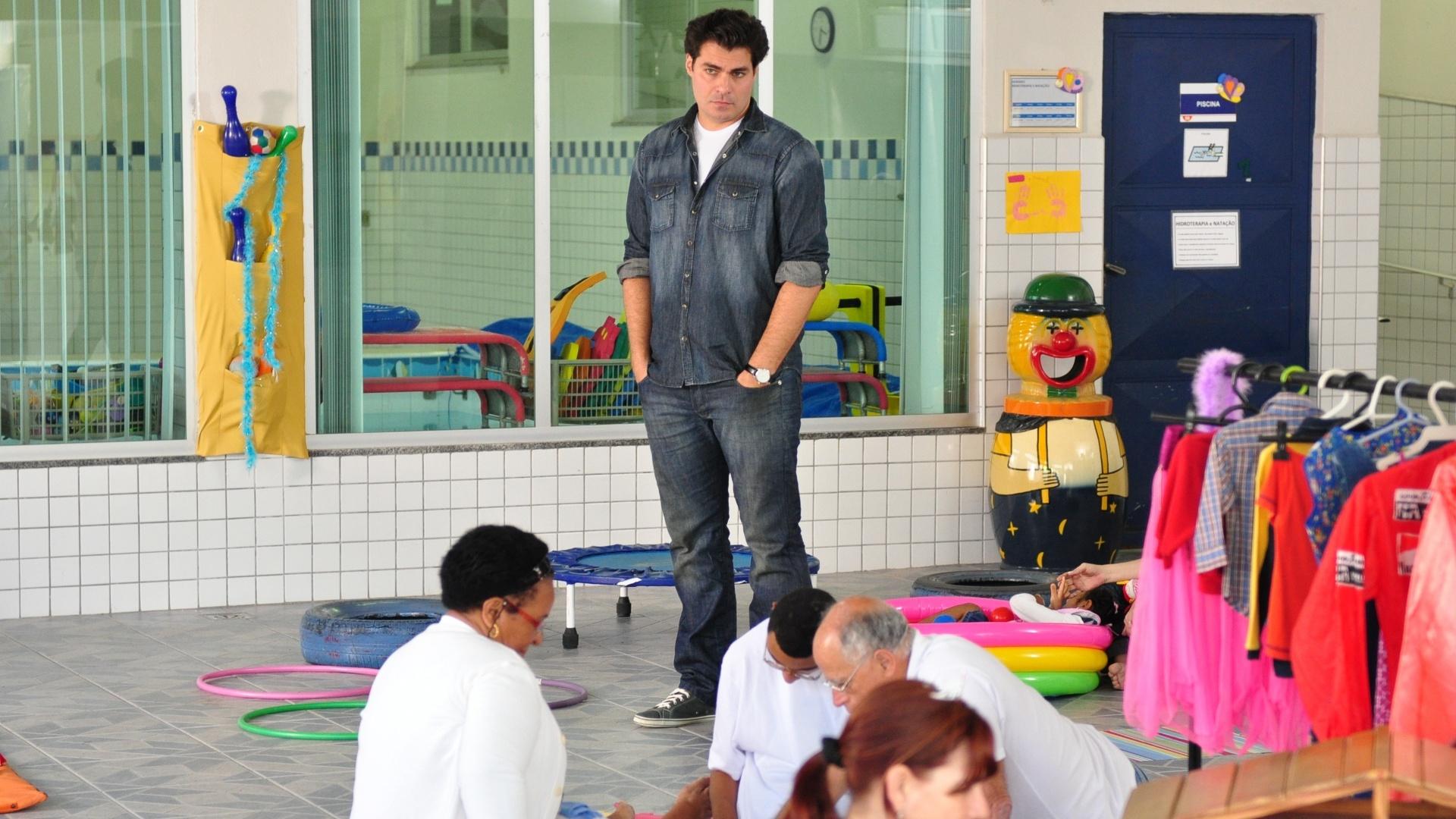 Thiago Lacerda em sua primeira foto como o médico Lúcio em