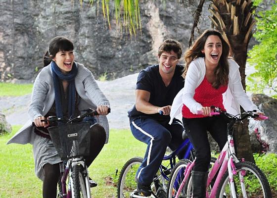 Manoela (Marjorie Estiano), Rodrigo (Rafael Cardoso) e Ana (Fernanda Vasconcellos) em cena que faz parte da abertura da novela