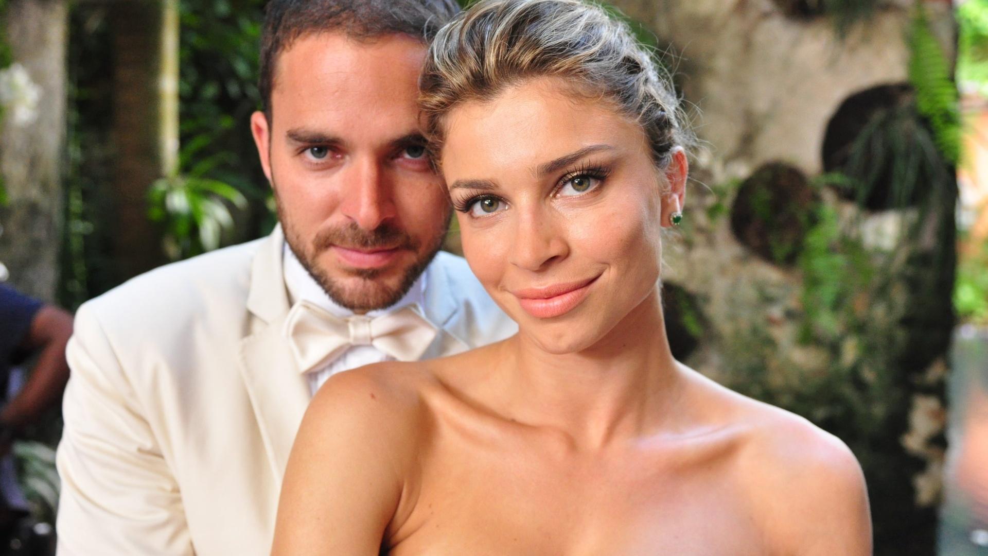 Lucena (Grazi Massafera) e Juan (Manolo Cardona) se casam em Cartagena, em cena de