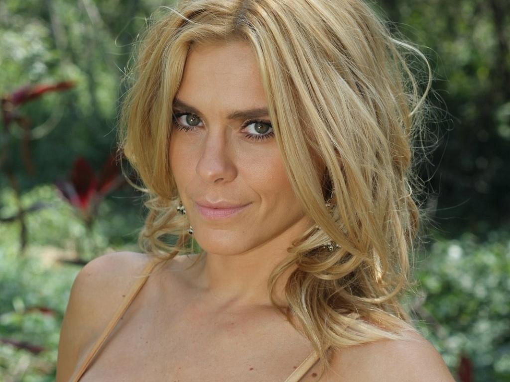 Carolina Dieckmann faz cara de Teodora em gravação de