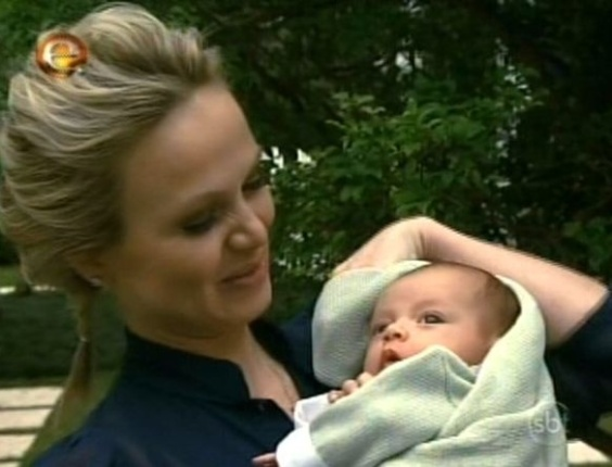 Eliana mostra o filho Arthur em seu programa no SBT (9/10/11)