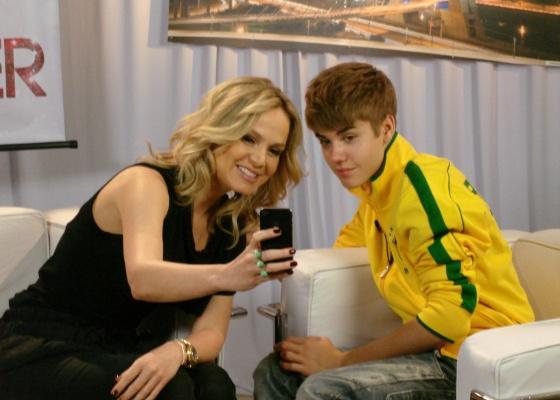 http://tv.i.uol.com.br/televisao/2011/10/14/eliana-entrevista-justin-bieber-durante-passagem-do-cantor-pelo-brasil-16102011-1318621016750_560x400.jpg