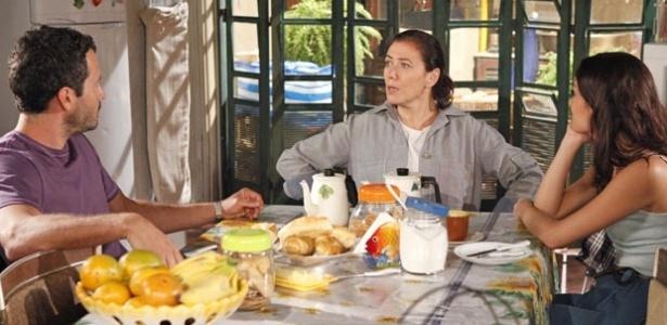 Griselda conversa com os filhos na mesa do café da manhã