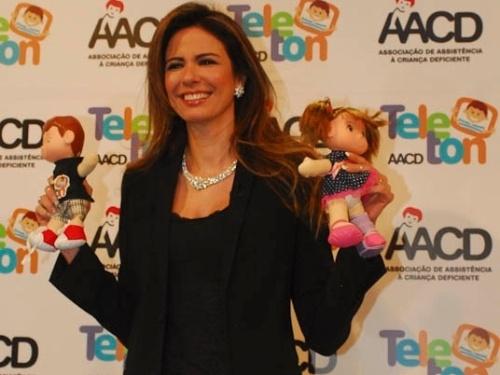 Luciana Gimenez posa para foto no Teleton 2011 (21/10/2011)