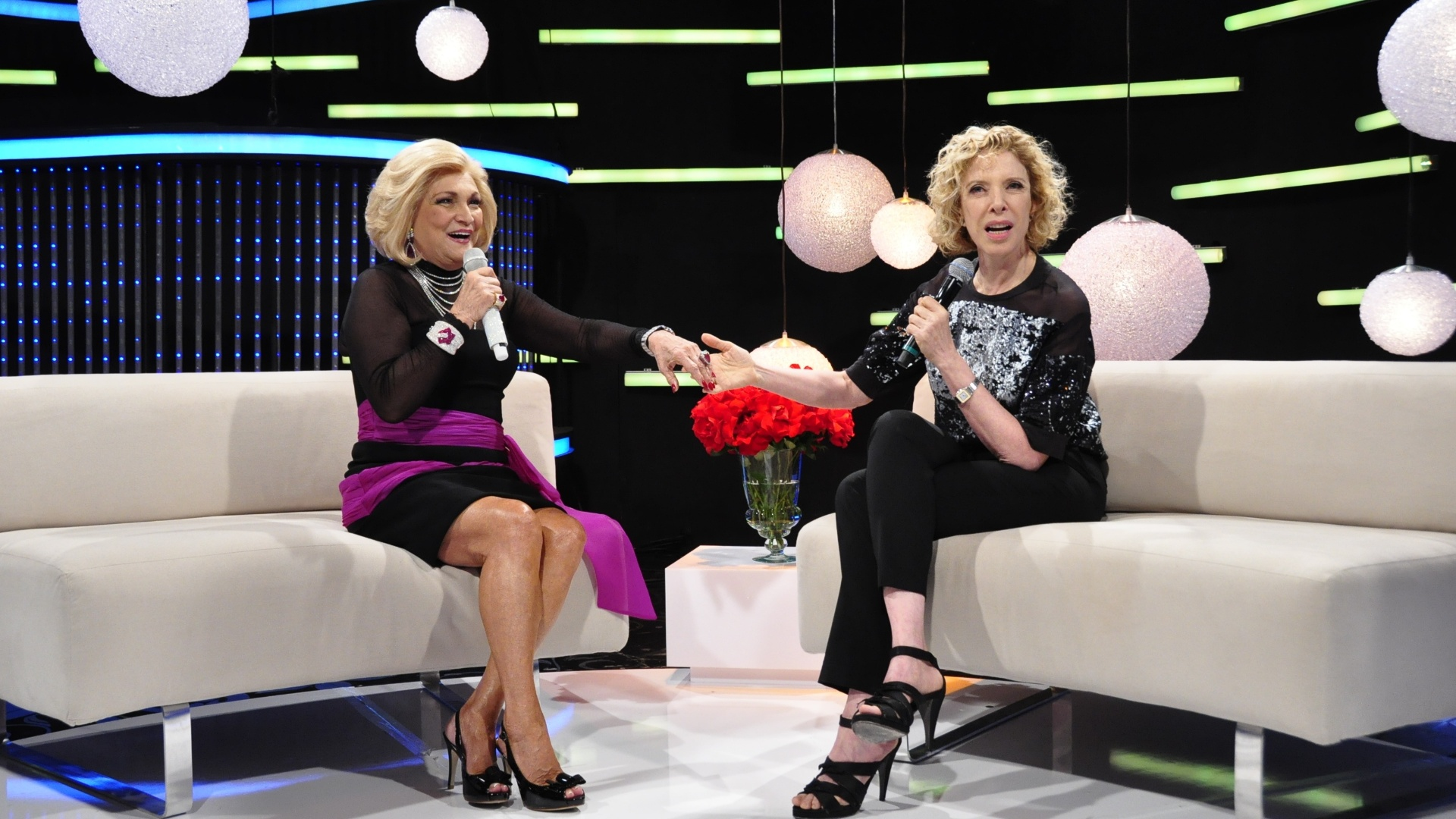 Hebe recebe Marlia Gabriela em seu programa na RedeTV! (11/11/11)