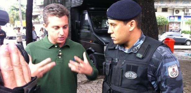 Luciano Huck entrevista o tenente Disraeli Gomes, que participou da prisão do traficante Nem