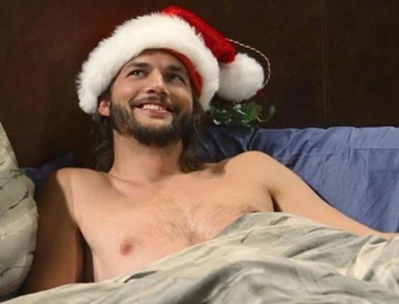 O personagem Walden (Ashton Kutcher) em foto temática de Natal da série