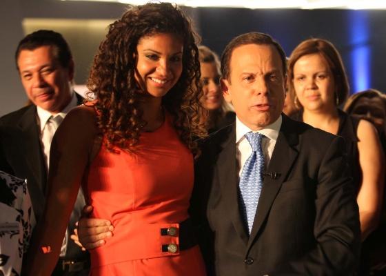 Jana�na Melo abra�a o apresentador Jo�o D�ria Jr. ap�s ser anunciada vencedora de O Aprendiz, na final ao vivo em S�o Paulo (20/12/11)