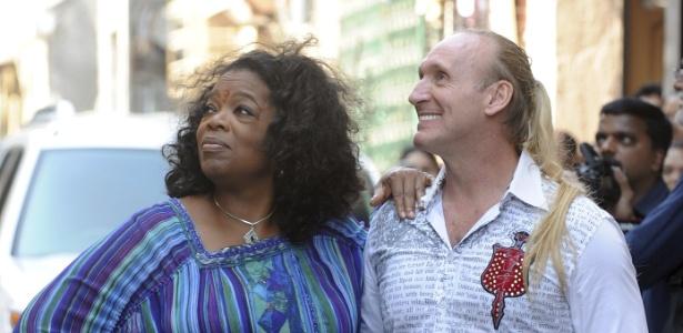 A apresentadora Oprah Winfrey ao lado do escritor australiano Gregory Roberts durante gravação de seu programa em Mumbai, na Índia (17/01/12)