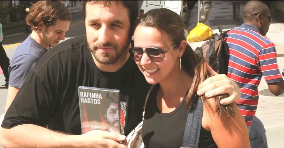 Após proibição de venda, Rafinha Bastos distribui DVDs na Avenida Paulista