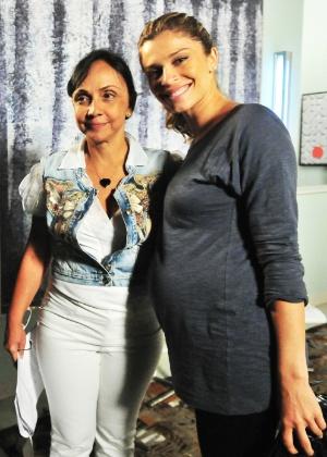 """Grazi Massafera e a diretora Cininha de Paula nos bastidores de """"Aquele Beijo"""", novela das sete da Globo (fevereiro/2012)"""