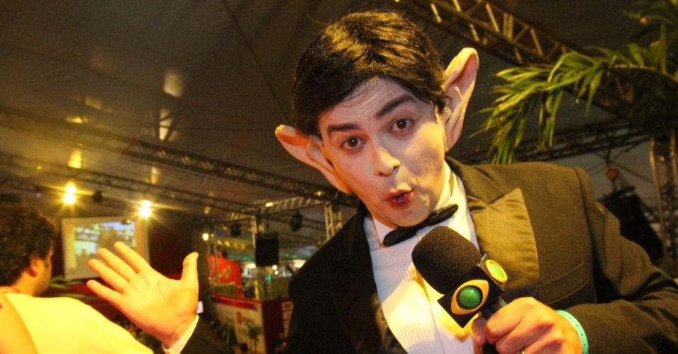 Caracterizado como Amaury Dumbo, Márvio Lúcio, o Carioca, participa da transmissão do Band Folia (22/2/12)