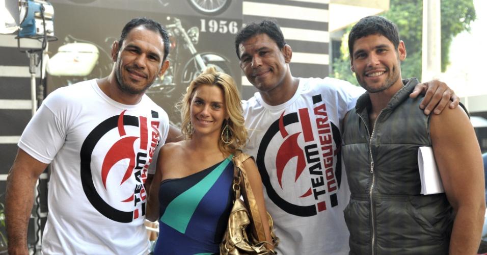 Da esquerda para a direita, Minotouro (Rogério Nogueira), Carolina Dieckmann , Minotauro (Rodrigo Nogueira) e Dudu Azevedo nos bastidores de gravação de
