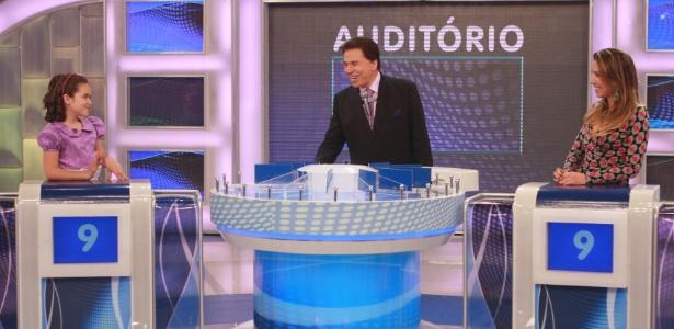 "Silvio Santos recebe Maisa e Patricia Abravanel no ""Jogo das 3 Pistas"" (4/3/12)"