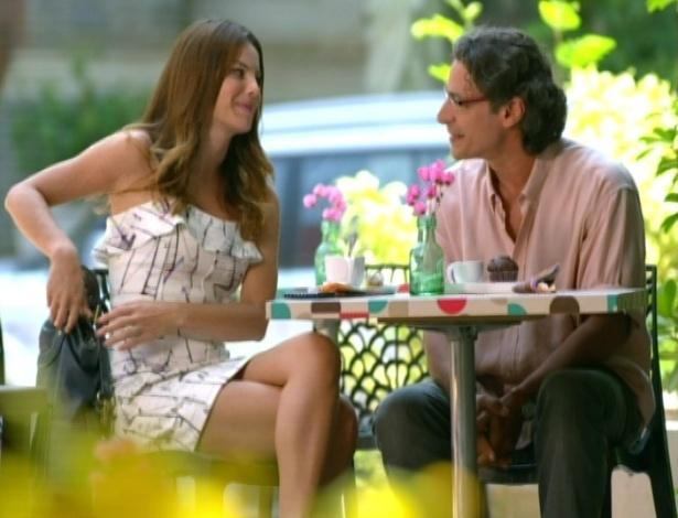 Alice encontra com o pai, Renato. Eles falam da relação e ela diz que quer lhe entregar um presente