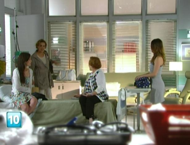 Eva chega ao quarto de Manu e surpreende as três