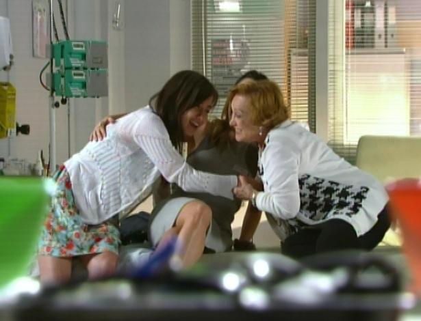Iná abraça Manu e Ana