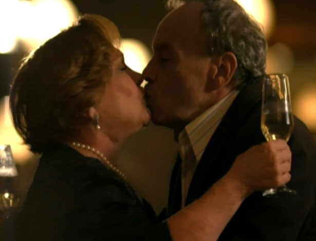 Iná e Laudelino se beijam em baile